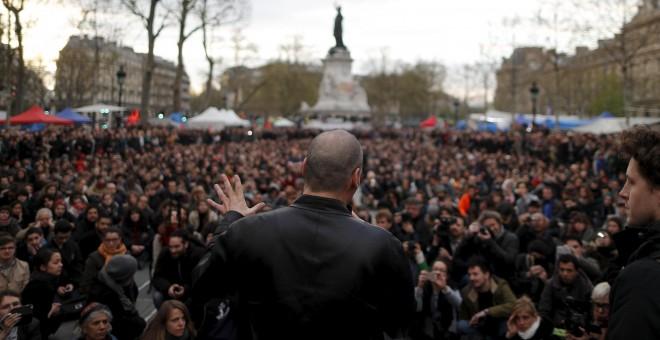 Yannis Varoufakis, exministro de Finanzas griego e impulsor de 'Un PLan B para Europa', partica en una asamblea de la 'Nuit Debout'. - REUTERS