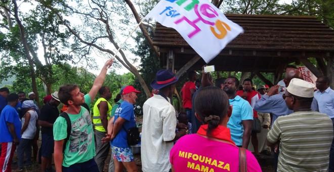 La gente escucha a los sindicalistas al finalizar de la huelga general cerca de Chirongui. El 16 de abril, los sindicatos de la asamblea general de Mayotte decidieron dejar la huelga general iniciada el 30 de marzo. ORNELLA LAMBERTI / AFP