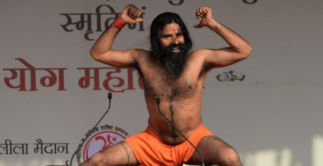 El gurú indio Baba Ramdev en una exhibición de yoga. AFP / SAJJAD HUSSAIN