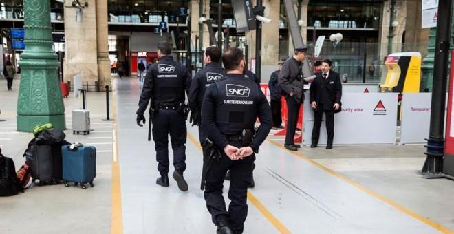 Agentes de seguridad vigilan un andén de la estación Gare du Nord durante la jornada de huelga declarada por los trabajadores de la empresa pública del sector ferroviario (SNCF), en París, Francia. EFE/Etienne Laurent