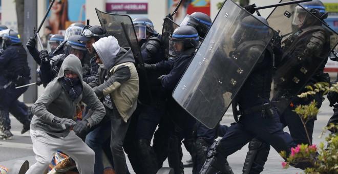 Entrentamiento entra manifestes y agentes de Policía francesa en la manifestación contra el proyecto laboral, en Nantes. REUTERS/Stephane Mahe