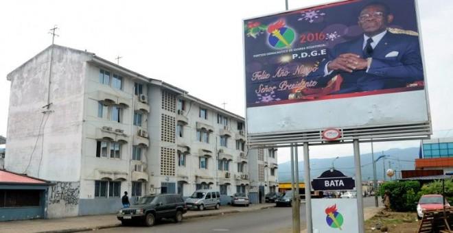 Un cartel del presidente Teodoro Obian en la ciudad de Bata. - AFP