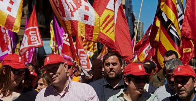 El vicepresidente del Gobierno catalán y conseller de Economía, Oriol Junqueras (c), participa esta mañana en Barcelona en la manifestación del Primero de Mayo, convocada por CCOO y UGT, que reivindica la lucha contra la pobreza salarial y social y la rec