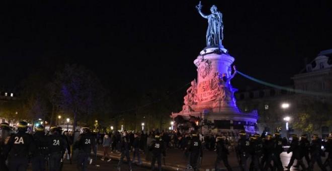 La Policía francesa se enfrenta a los manifestantes en la Plaza de la República. AFP PHOTO / MIGUEL MEDINA /