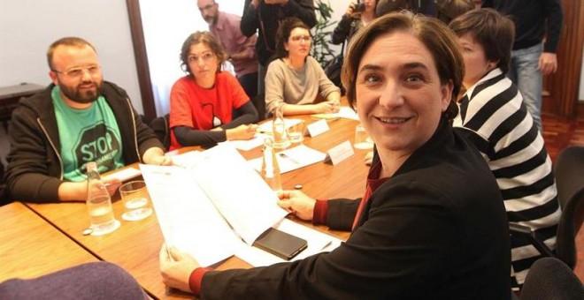 La alcaldesa de Barcelona, Ada Colau,  durante la reunión que mantuvo, en el Ayuntamiento de Barcelona, con el grupo de representantes que impulsaron la ley 24/2015 de medidas urgentes para afrontar la emergencia en el ámbito de la vivienda y la pobreza e