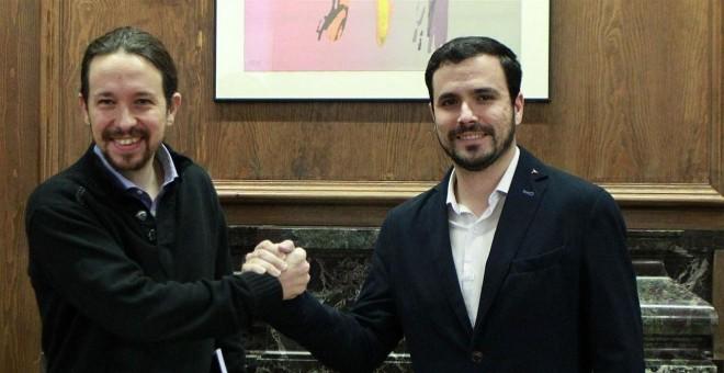 Alberto Garzón, líder de Izquierda Unida, y Pablo Iglesias, secretario general de Podemos. EUROPA PRESS.