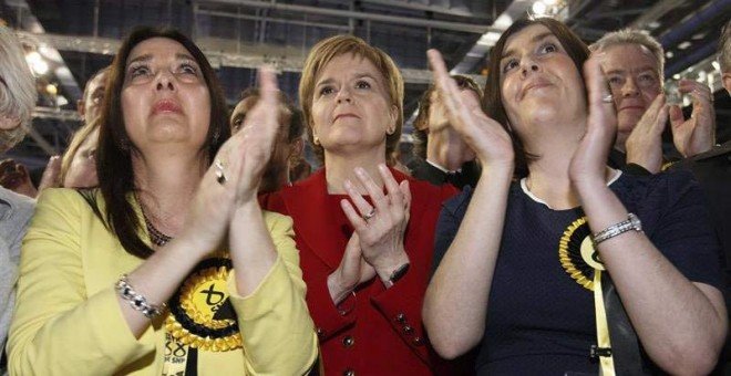 La líder del Partido Nacional Escocés (SNP), Nicola Sturgeon, en el centro, celebra los resultados de su partido en Glasgow. /  ROBERT PERRY (EFE)