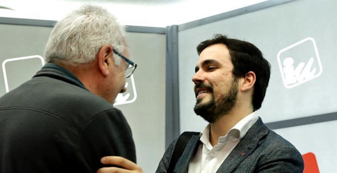 El coordinador general de IU, Cayo Lara (i) y el portavoz, Alberto Garzón, conversan a su llegada a la reunión del consejo político federal de la formación. /EFE