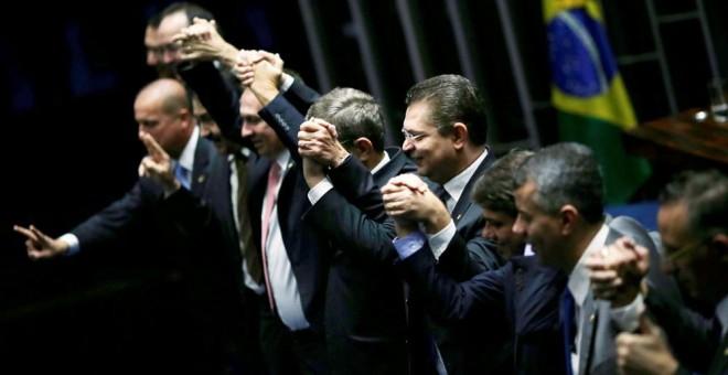 Miembros del Senado brasileño, tras la votación que ha conseguido apartar a la presidneta Rousseff del cargo. REUTERS