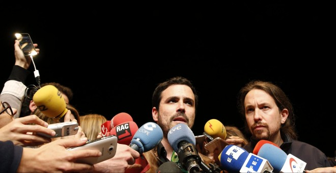 Los líderes de Izquierda Unida, Alberto Garzón, y de Podemos, Pablo Iglesias, atienden a los medios tras anunciar el preacuerdo electoral alcanzado por ambas formaciones para presentarse a los comicios del 26 de junio. EFE/Ballesteros