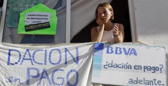Rebeca Heredia de 25 años en su vivienda de Málaga de la que iba a ser desalojada y que gracias al apoyo de miembros de la Plataforma de Afectados por las Hipotecas (PAH) y del 15M, se ha logrado aplazar el desahucio y además han conseguido que el Instit
