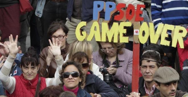 Integrantes y simpatizantes del Movimiento 15-M durante la asamblea celebrada en la madrileña Puerta del Sol. (Efe)