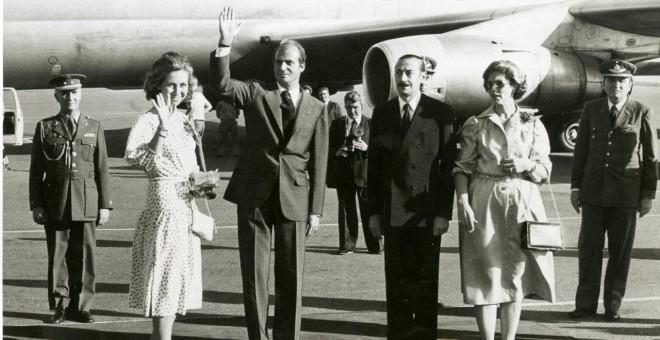 La reina Sofía, el rey Juan Carlos y Videla