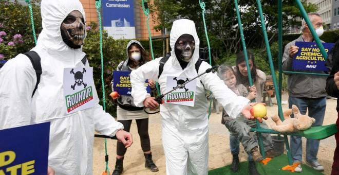 Activistas de Avaaz protestan contra el uso de pesticidas con glifosato en Bruselas el 18 de mayo de 2016. EFE