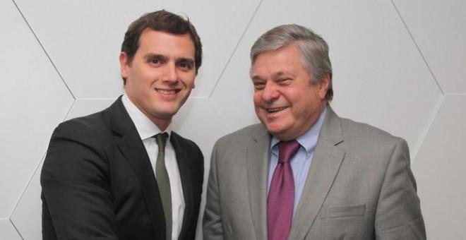 Albert Rivera con el padre de Leopoldo López, en una imagen de archivo.  EFE