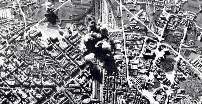Imagen de uno de los bombardeos sobre la Estación del Norte en Valencia.