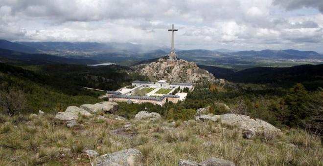 Situado a casi cincuenta kilómetros al norte de Madrid, el Valle de los Caídos es un conjunto monumental edificado en los años 40 y 50 por orden de Franco, quien eligió el emplazamiento y siguió la construcción.