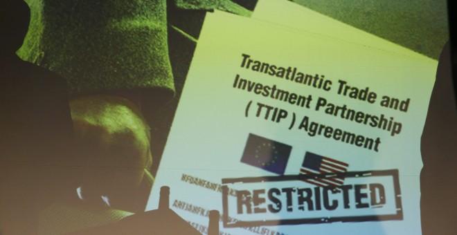 La copia de uno de los documentos del TTIP filtrados por Greenpeace Holanda es proyectada durante una rueda de prensa de la organización ecologista, en Berlín. REUTERS