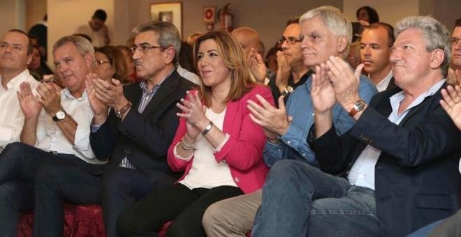 La presidenta de la Junta de Andalucía, Susana Díaz, el secretario general del PSOE en Canarias, José Miguel Pérez (2d), el presidente de Nueva Canarias, Román Rodríguez (3i), y los candidatos Sebastián Franquis (2i) (PSOE) y Pedro Quevedo (d) (NC), dura