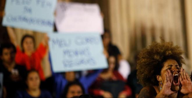 Instante de la protesta contra la violación a una adolescente por al menos treinta hombres en Rio de Janeiro y la violencia contra las mujeres, Brasil.- REUTERS / Ricardo Moraes