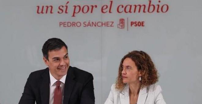 Pedro Sánchez, entre Margarita Robles y Meritxell Batet. / EFE