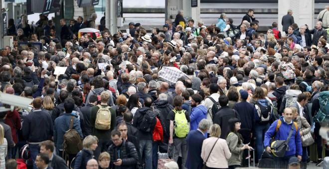 Los pasajeros intentan conseguir subir a un tren en la estación de Gare de Lyon, en París , Francia , durante la huelga nacional de ferrocarriles francesesl.- REUTERS / Charles Platiau