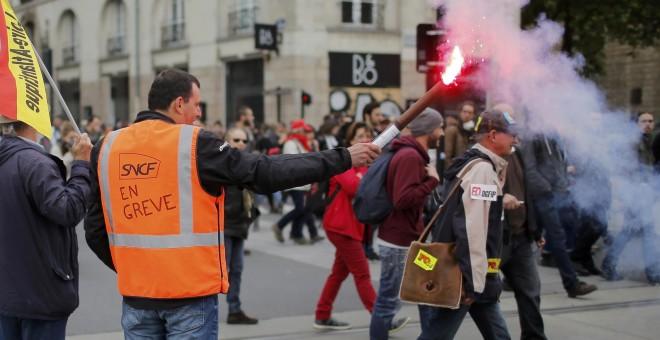 Un empleado de la compañía francesa de ferrocarril de propiedad estatal SNCF durante una manifestación para protestar contra la reforma laboral del Gobierno en Nantes , Francia.- REUTERS / Stephane Mahe