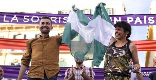 La secretaria general de Podemos en Andalucía, Teresa Rodríguez, y el coordinador general de IU, Antonio Maillo (i), saludan a los simpatizantes durante el mitín electoral de Unidos Podemos que se esta llevando a cabo en la plaza de la Merced, en Málaga.