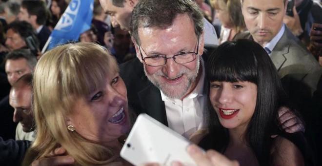 El líder del PP, Mariano Rajoy, se fotografía con unas simpatizantes tras su intervención en el mitin que ha ofrecido hoy en Zaragoza. EFE/JavierCebollada