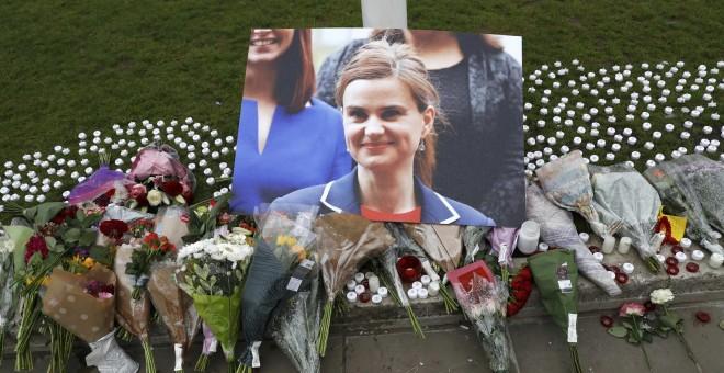 La diputada Jo Cox, en una fotografía en el homenaje en la Plaza del Parlamento, de Londres