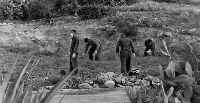 El personal de las Fuerzas Armadas llevando máscaras y guantes trabajando en la zona donde tres de las bombas fueron encontradas