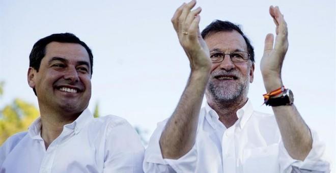 Mariano Rajoy, junto al presidente del PP andaluz, Juan Moreno, en el mitin de Málaga. / JORGE ZAPATA (EFE)