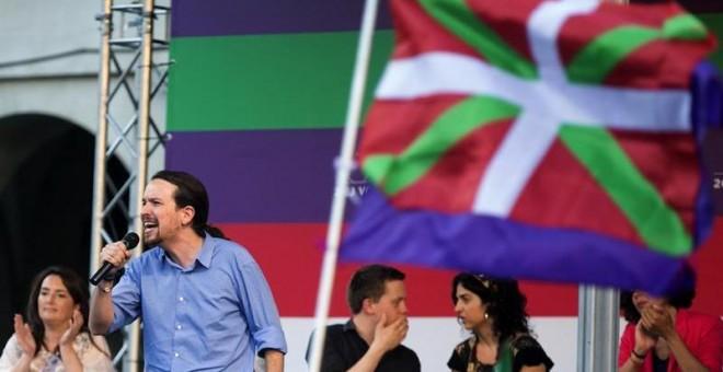 El secretario general de Podemos, Pablo Iglesias, durante el mitin que la coalición Unidos Podemos ha celebrado hoy en Vitoria. EFE/David Aguilar