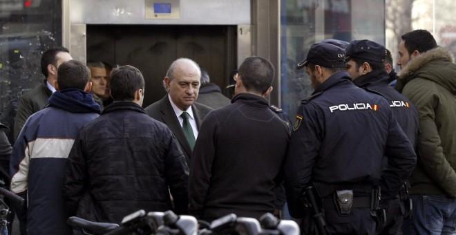 El ministro del Interior en funciones, Jorge Fernández Díaz, conversa con un grupo de agentes de Policía, en una imagen de archivo. EFE