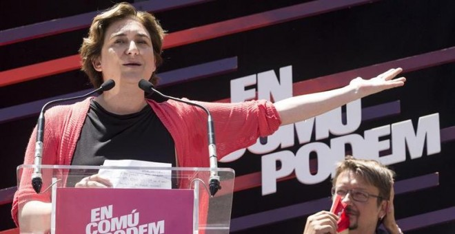 La alcaldesa de Barcelona, Ada Colau (i), junto al cabeza de lista de En Comú Podem, Xavier Domenech (d), en un mitin. /EFE