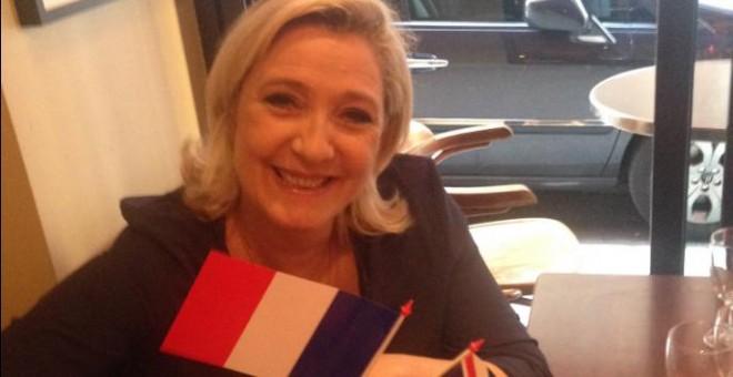 La representante del partido de extrema derecha francés Frente Nacional, Marine Le Pen, celebra el sí al Brexit en Reino Unido. @f_philippot
