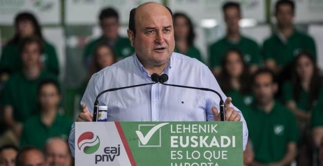 El presidente del PNV, Andoni Ortuzar durante su intervención en un mitin de su partido en la localidad alavesa de Llodio. EFE/David Aguilar