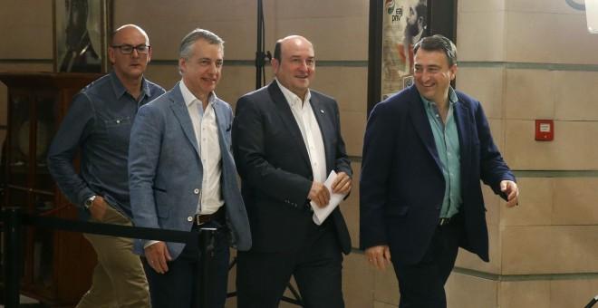 El presidente del PNV, Andoni Ortuzar, el lehendakari Íñigo Urkullu, y el candidato al congreso Aitor Esteban, antes de la la rueda de prensa tras conocer los resultados de las elecciones generales del 26-J. EFE/LUIS TEJIDO.