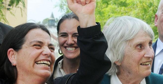 La viuda del cantautor chileno Víctor Jara, Joan Jara (dcha.) y su hija Amanda Jara (izq.) celebran la victoria a su salida del tribunal. EFE