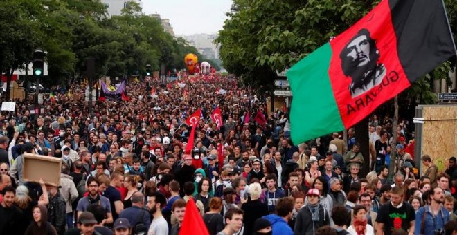 Miles de personas participan en una protesta contra la reforma laboral en París. - EFE