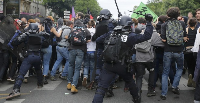 La Policía carga contra un grupo de manifestantes durante la manifestación de este martes en París.- REUTERS