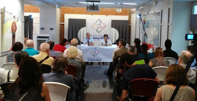 Juan Gimeno, catedrático de Economía, y Lourdes Lucía, cofundadora de Attac, en la presentación de la Plataforma por la Justicia Fiscal.