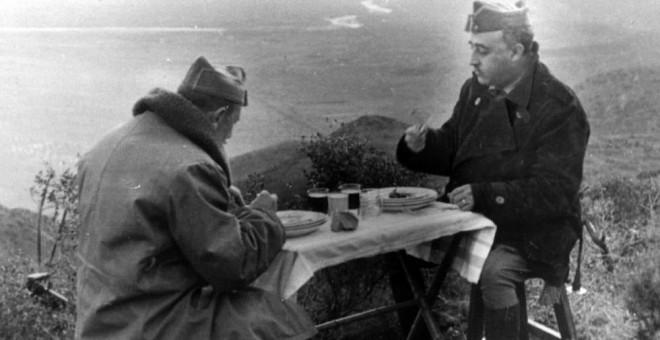 El general Franco almorzando con el general Dávila durante la Guerra Civil española. Archivo EFE