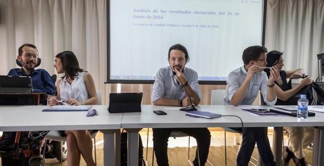 El líder de Podemos, Pablo Iglesias, junto a Pablo Echenique (i), Rita Maestre, Íñigo Errejón y Carolina Bescansa (d), al inicio de la reunión del Consejo Ciudadano, máximo órgano de dirección del partido entre asambleas, celebrada este sábado en Madrid.