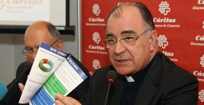 El obispo de la Diócesis de Canarias, Francisco Cases (d), y el director provincial de Cáritas, Pedro Herranz, presentaron el balance de actuación de Cáritas durante 2014. (EFE/Elvira Urquijo A.).