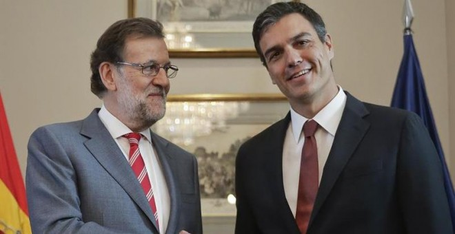 El presidente del Gobierno en funciones, Mariano Rajoy (i), y el secretario general del PSOE, Pedro Sánchez (d), durante la reunión que han mantenido hoy en el Congreso, en el marco de la ronda de contactos con vistas a intentar la investidura. /EFE