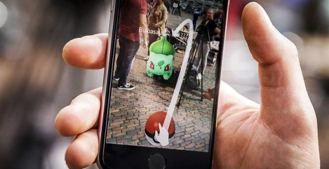 Un niño juega al nuevo videjuego de Nintendo Pokémon Go con su móvil en el Grote Markt en Haarlem, Holanda. EFE/Remko De Waal