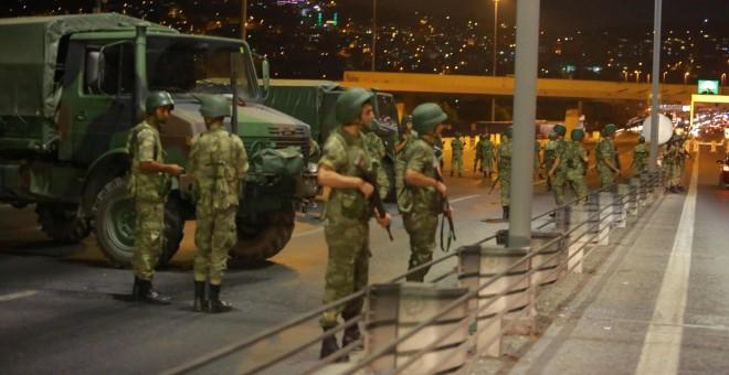 Militares turcos bloquan el acceso al puente del Bósforo, que comunica la parte europea de Estambul con el continente asiático. REUTERS/Stringer