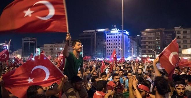 Los ciudadanos celebran el fracaso del golpe en la plaza Taskim de Estambul. / MARIUS BECKER (EFE)