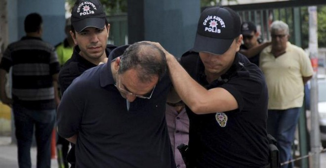 Policías turcos trasladan a una comisaría a un soldado detenido por su supuesta participación en el intento de golpe de Estado. - EFE